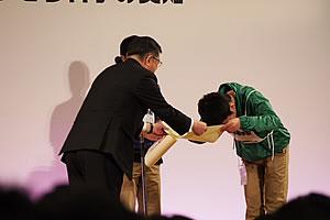 筆記競技第2位の高校生へ表彰状の授与